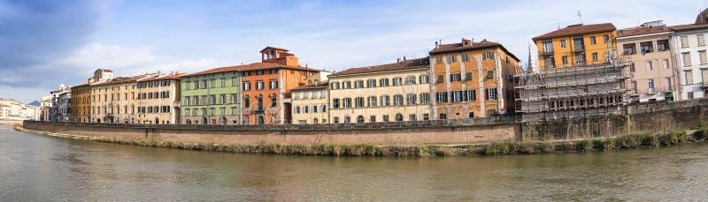 Lungarni五颜六色的大厦全景,比萨-托斯卡纳- 免版税库存图片
