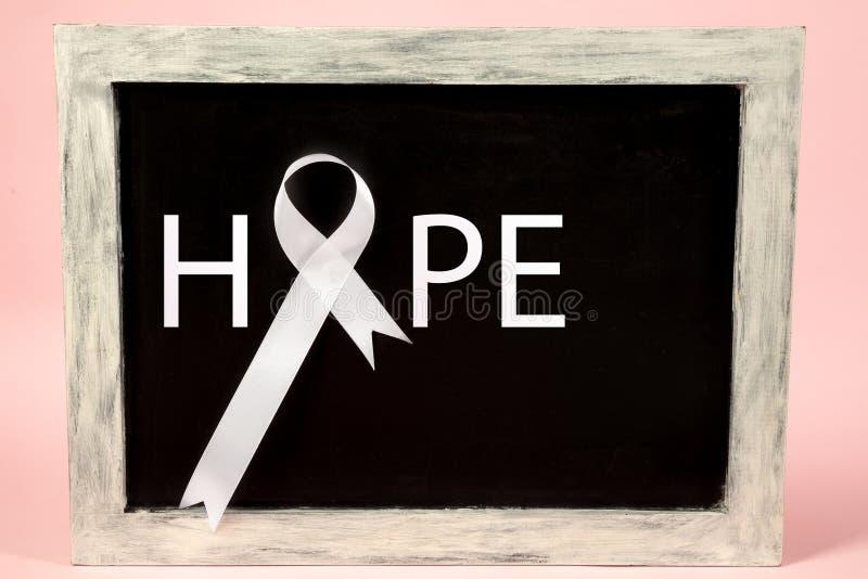 lungcancerband, vitt band, ett symbol av kampen mot lungcancer royaltyfri fotografi