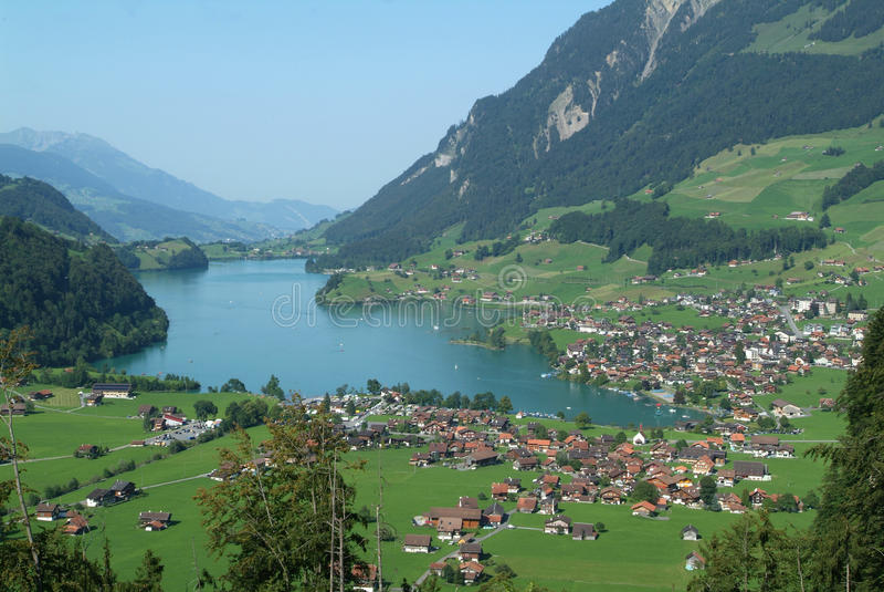 Lungern村庄和湖  免版税库存图片