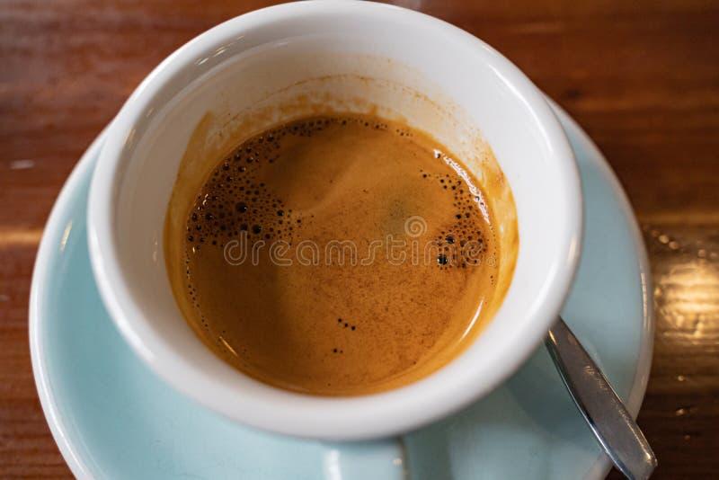 Lungo φλιτζανιών του καφέ που εξυπηρετείται στο φραγμό στοκ φωτογραφία