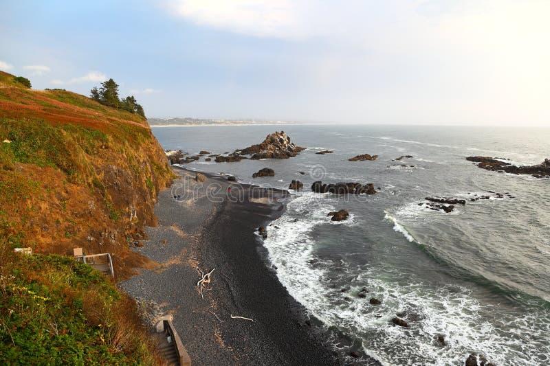 Lungo la costa dell'Oregon: Spiaggia del ciottolo della testa di Yaquina fotografia stock libera da diritti