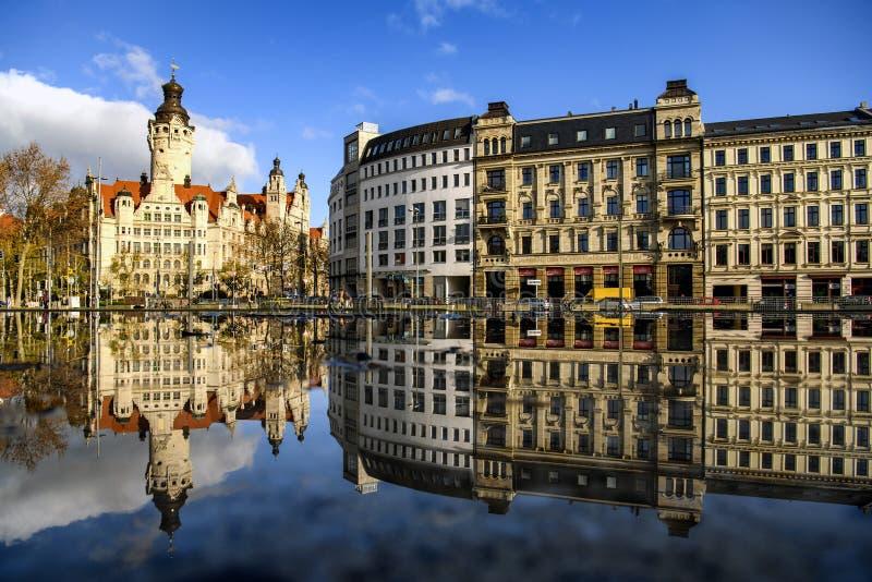 Lungo la vista del New City Hall Neues Rathaus di riflesso specchio in acqua Lipsia, Germania Novembre 2019 fotografia stock libera da diritti