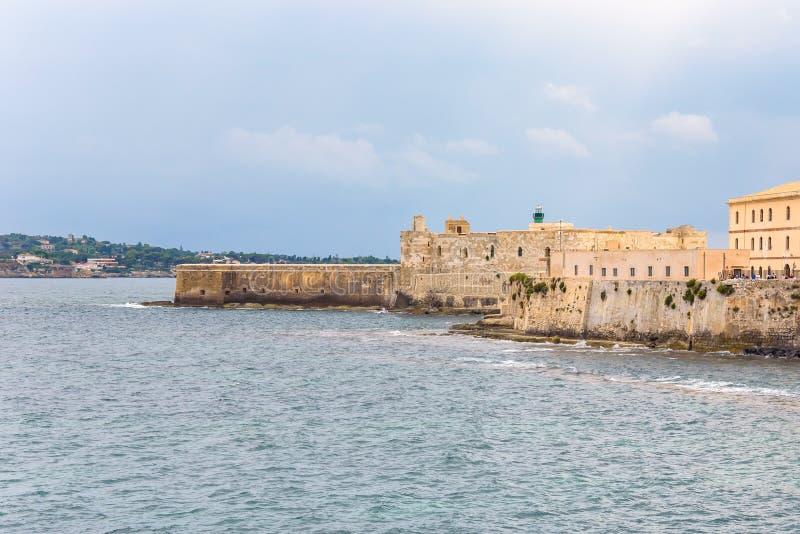 Lungomare con il castello di Maniace sull'isola di Ortygia a Siracusa fotografia stock