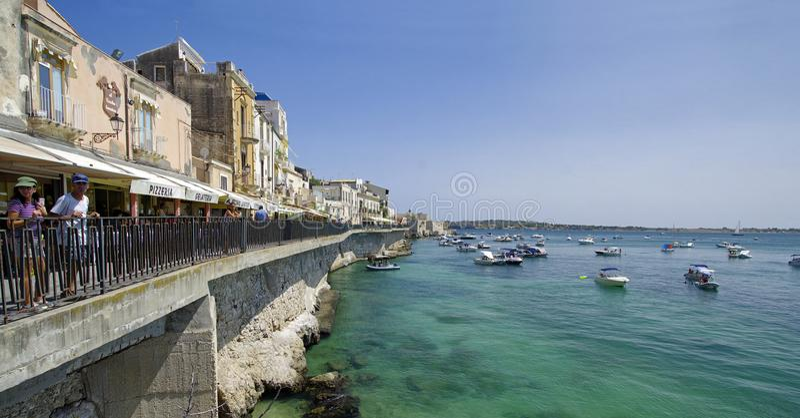 Lungomare dell'isola di Ortigia, il centro storico della città di Siracusa, Sicilia, Italia fotografia stock libera da diritti
