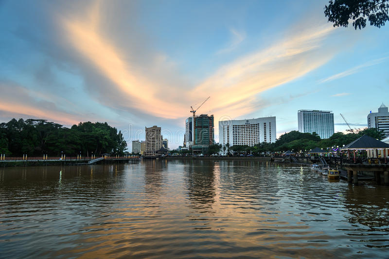 Lungomare della città di Kuching al tramonto fotografie stock