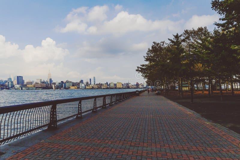 Lungomare della riva del fiume di Hoboken in un pomeriggio di fine dell'estate fotografie stock