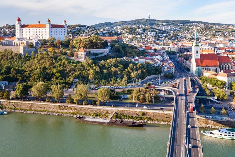 Lungomare di Danubio, ponte di SNP, città di Bratislava fotografia stock libera da diritti