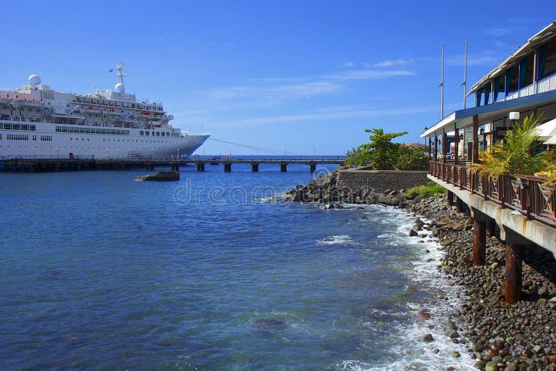 Lungomare di Roseau e della nave da crociera in Dominica, caraibica immagine stock libera da diritti