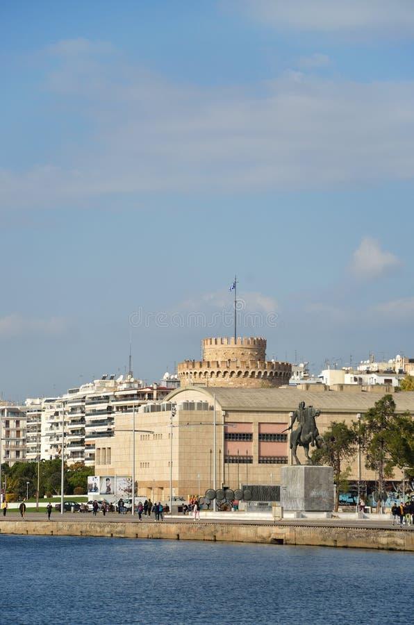 Lungomare di Salonicco con la vista la cima della torre bianca, del teatro reale e dello stato di Alessandro Magno immagine stock
