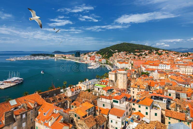 Lungomare spaccato e vista aerea della collina di Marjan, Dalmazia, Croazia Paesaggio urbano panoramico di estate di vecchia spac fotografie stock libere da diritti