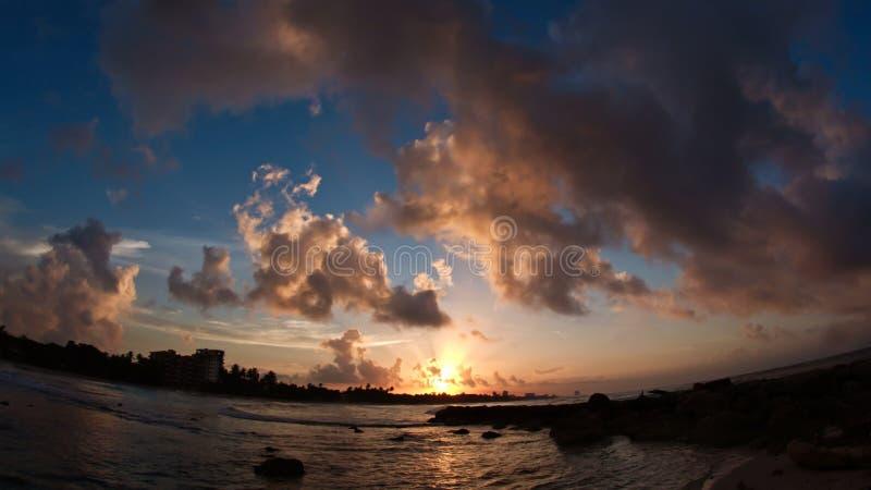Lungomare tropicale caraibico in nuvole - tramonto sopra il mare fotografia stock