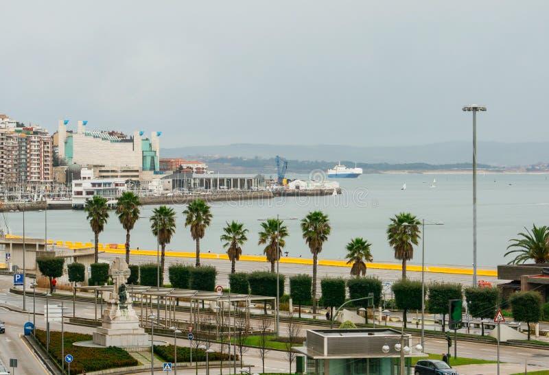 Lungonmare della citt? di Santander, palazzo dei festival di Cantabria Traghetto e barche a vela fotografia stock