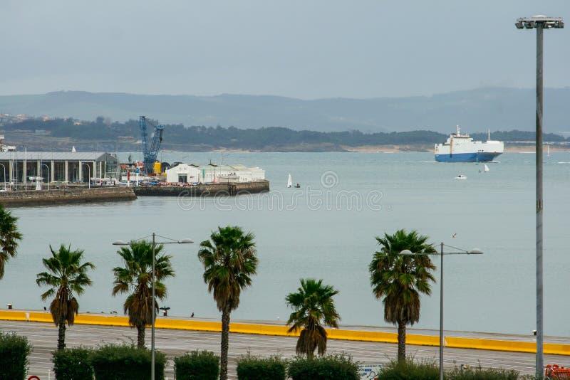 Lungonmare della citt? di Santander, palazzo dei festival di Cantabria Traghetto e barche a vela immagini stock libere da diritti