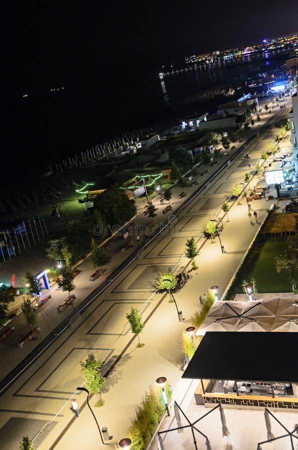 Lungonmare e passeggiata di Mar Nero con le barre e gli hotel alla notte fotografia stock