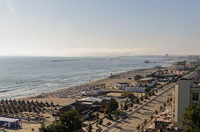 Lungonmare e passeggiata di Mar Nero con le barre e gli hotel a tempo di alba immagine stock libera da diritti
