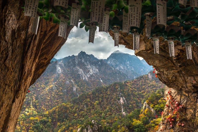 Lungta, τελετουργικές σημαίες επιθυμίας στη βουδιστική σπηλιά μοναχών για την περισυλλογή στοκ φωτογραφία
