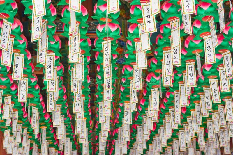 Lungta, desejo ritual embandeira a suspensão dentro do templo budista imagens de stock royalty free