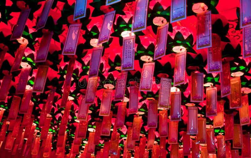 Lungta, desejo ritual embandeira a suspensão dentro do templo budista imagem de stock royalty free