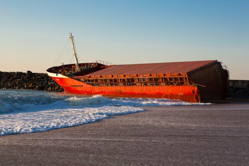 Luno skeppsbrott på stranden av Anglet royaltyfri fotografi