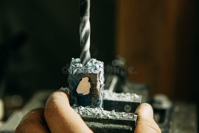 Luoghi di perforazione sulle parti di legno fotografia stock