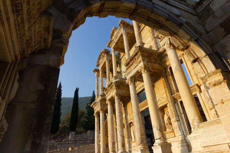 Luoghi pubblici una biblioteca di ephesus del patrimonio mondiale nella città storica della Turchia fotografie stock