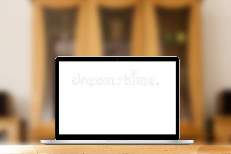 Luogo di lavoro con il computer portatile o il taccuino sullo scrittorio fotografie stock libere da diritti