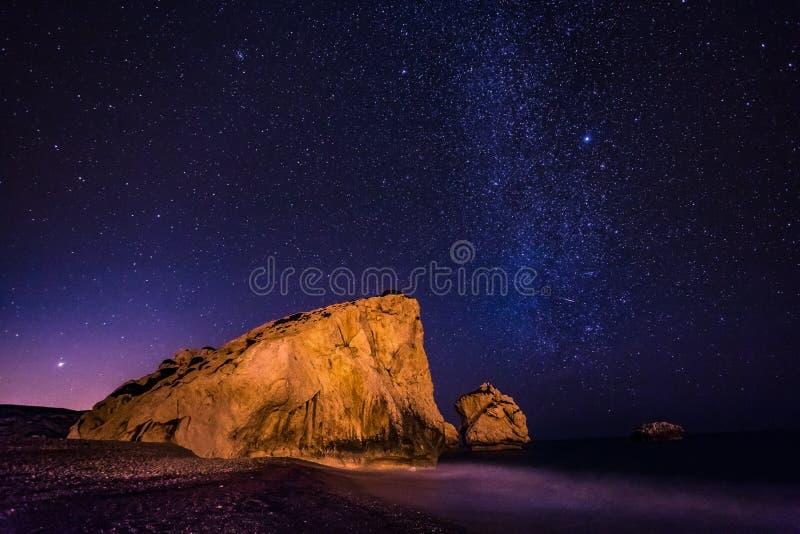 Luogo di nascita dell'Afrodite, sotto le stelle, il Cipro immagini stock