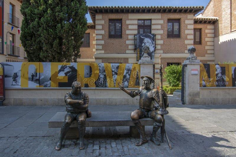 Luogo di nascita della casa e del museo di Miguel de Cervantes con le statue fotografia stock libera da diritti
