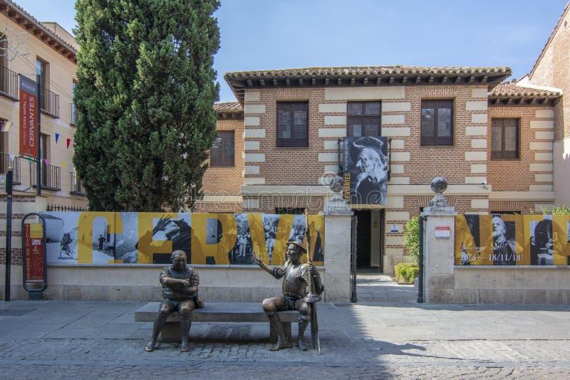 Luogo di nascita della casa e del museo di Miguel de Cervantes con le statue fotografie stock libere da diritti