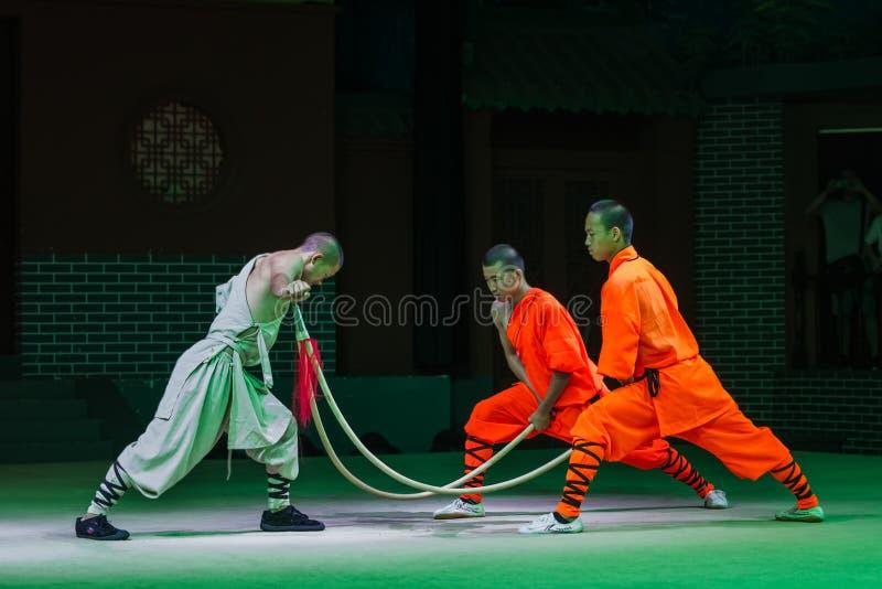 Luoyang, China - 17 de maio de 2018: Mostra do kung-fu no monastério de Shaolin imagens de stock