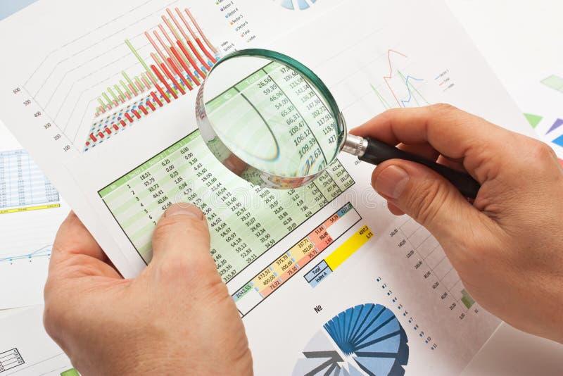 Lupa à disposicão e papel imagem de stock royalty free