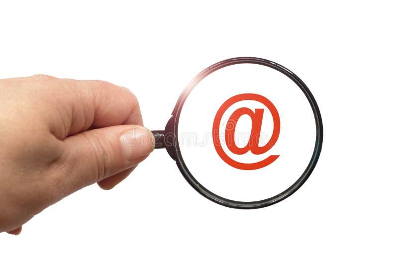 Lupa a disposición y muestra del email en el fondo blanco imagenes de archivo