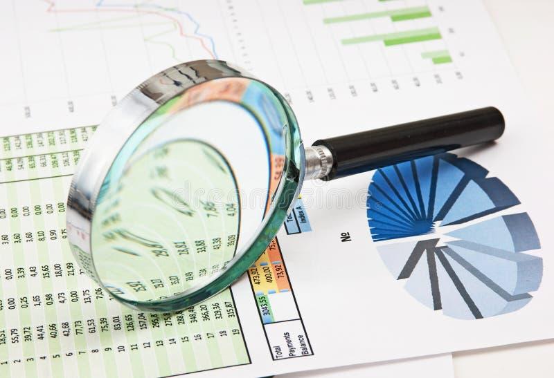 Lupa e o papel de funcionamento imagens de stock royalty free