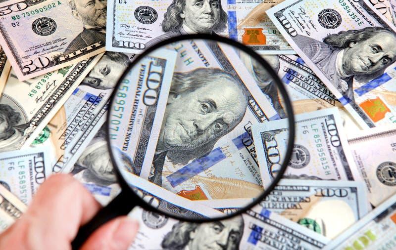 Lupa en el dinero fotos de archivo libres de regalías