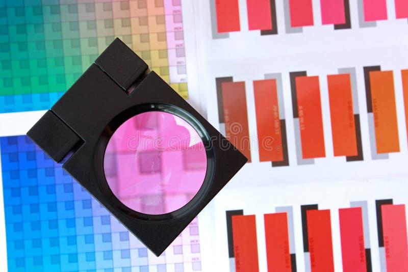 Lupa en muestras del color - magenta imagen de archivo libre de regalías