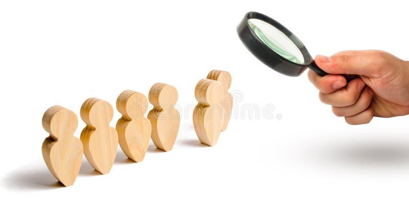 A lupa está olhando as figuras de madeira do suporte dos povos na formação Candidato, eleito empregado, o melhor de tudo fotos de stock royalty free