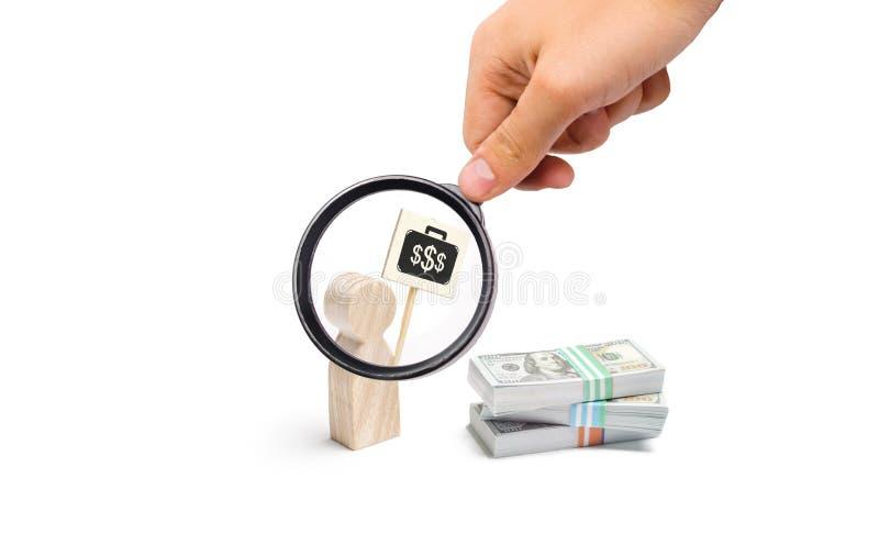 A lupa está olhando o homem que a estatueta com um cartaz agita perto de uma pilha de dinheiro encontrando um trabalho pago melho fotografia de stock royalty free