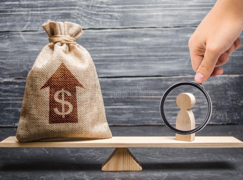 A lupa está olhando um saco do dinheiro com a estatueta acima da seta e do homem em escalas Critérios e exigências para aumentar foto de stock royalty free