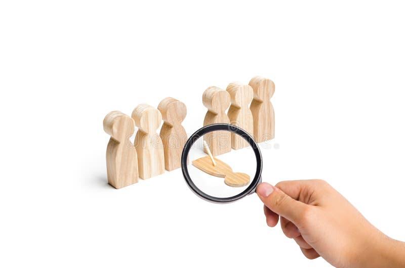 A lupa está olhando uma pessoa falsificada cai fora da linha de figuras humanas presença, dissimulação da ausência unreliable imagem de stock