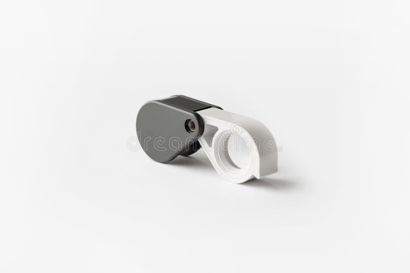 A lupa para diamantes ou vê o amuleto isolado em um fundo branco foto de stock