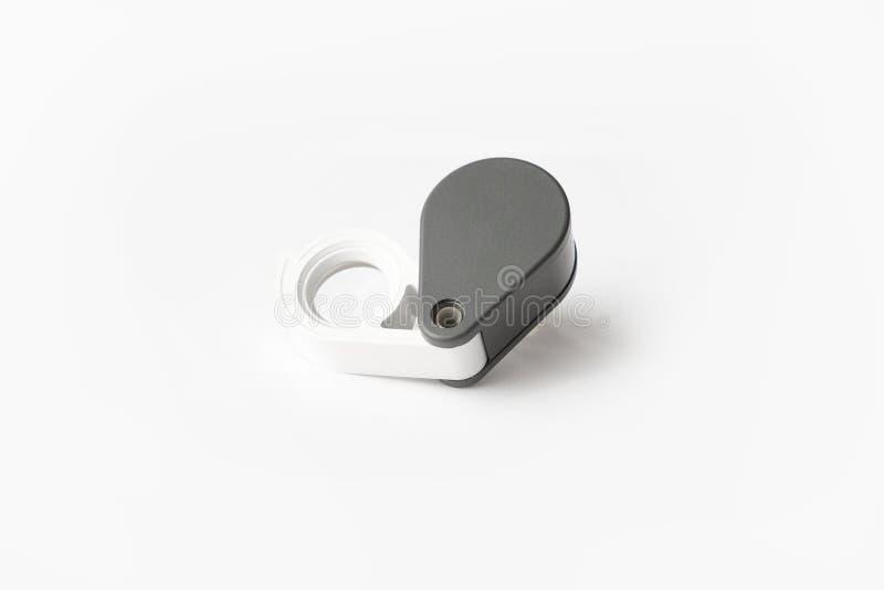 A lupa para diamantes ou vê o amuleto isolado em um fundo branco fotos de stock