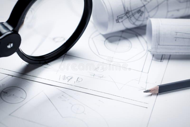 Lupa para trabalhos com pequenos detalhes do desenho de engenharia foto de stock royalty free
