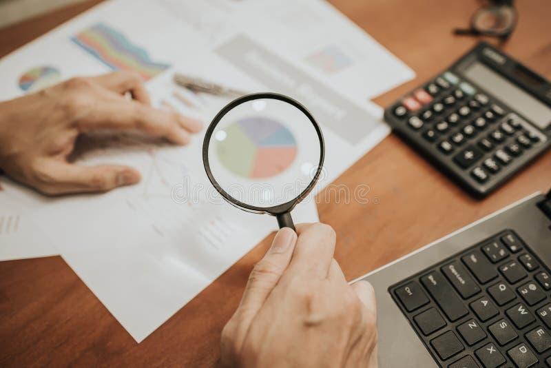 Lupa que analisa dados financeiros do negócio fotografia de stock royalty free