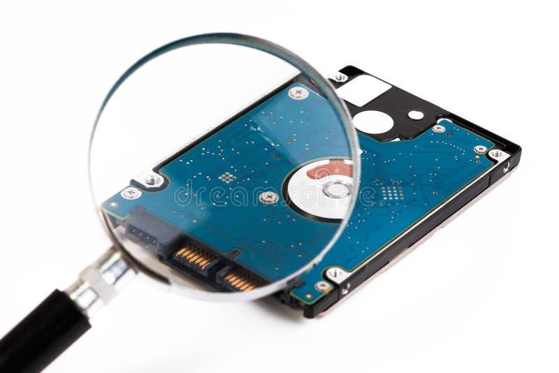 Lupa sobre um computador harddrive Disco rígido de um lapto fotografia de stock