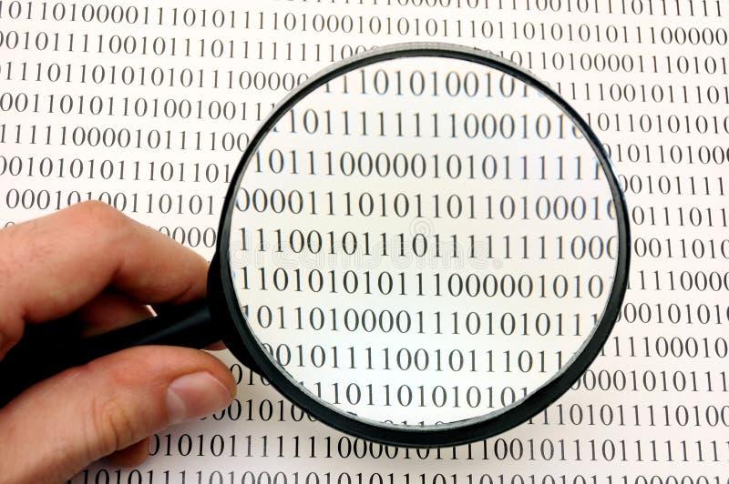Lupa y código binario fotografía de archivo