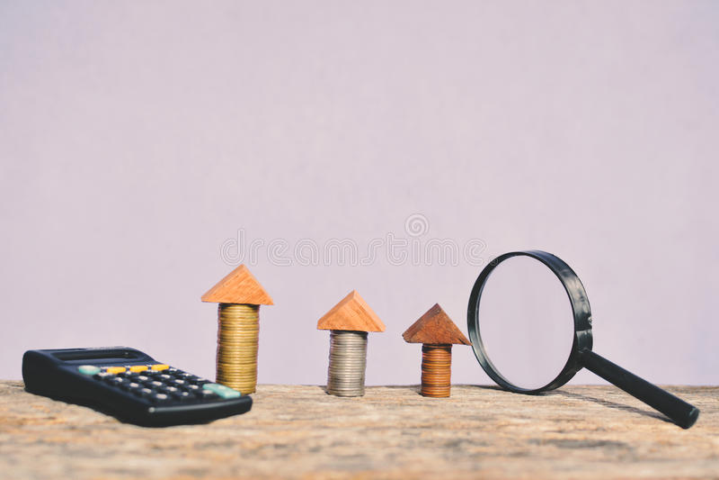 Lupa y calculadora de la moneda foto de archivo libre de regalías