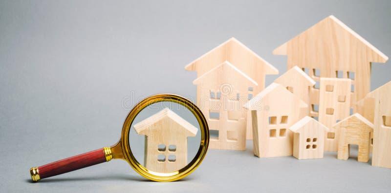 Lupa y casas de madera Casa que busca concepto Valoraci?n casera Evaluaci?n de la propiedad Opción de la ubicación para imagen de archivo