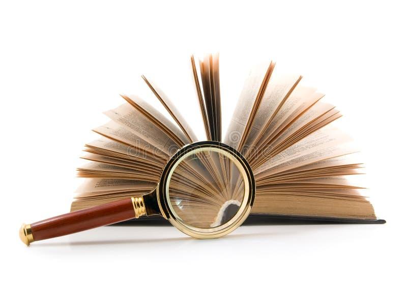 Lupa y libro imágenes de archivo libres de regalías
