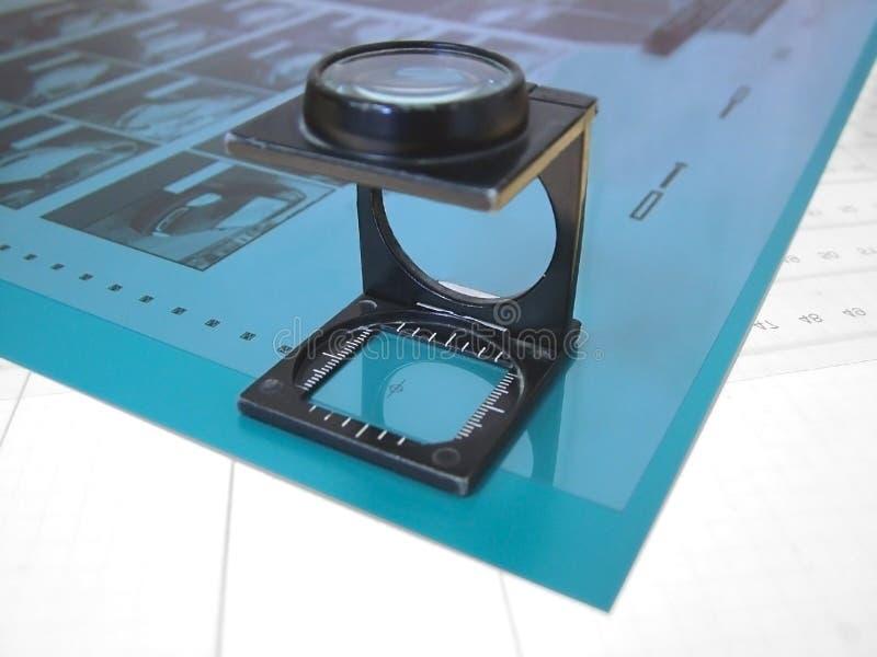 Lupa y película/industria de impresión fotos de archivo libres de regalías