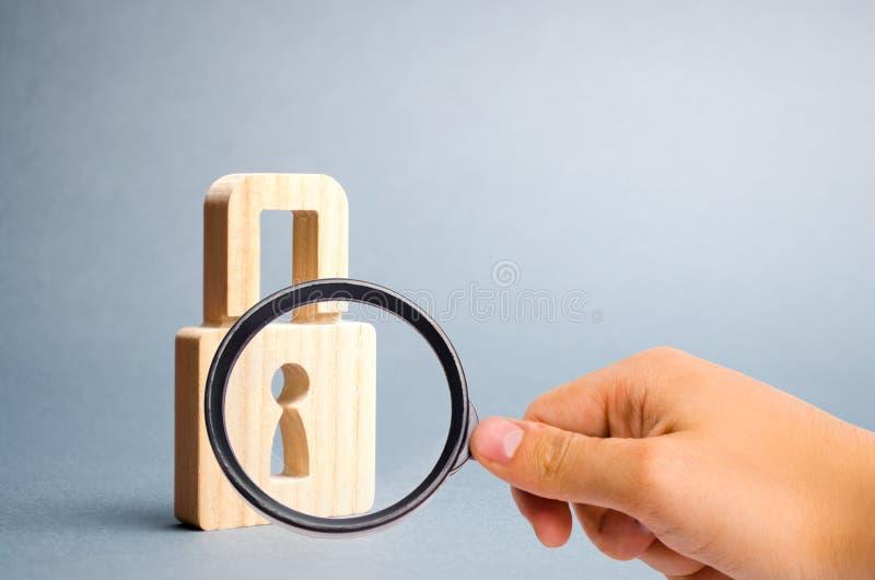 Lupe betrachtet das Vorh?ngeschlo? auf einem grauen Hintergrund Informationen safty Konzept der Bewahrung von Geheimnissen stockfoto